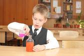 Chico con los tubos del agente químico — Foto de Stock