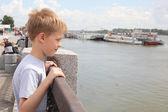 Liten pojke på kajen — Stockfoto
