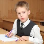 教室の中で小さな男の子 — ストック写真