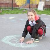 Girl drawing with color chalks — Stock Photo