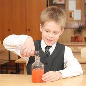 男孩用化学剂管 — 图库照片