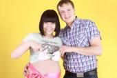 英俊的男人,与怀孕的妻子 — 图库照片