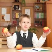Niño con manzanas — Foto de Stock