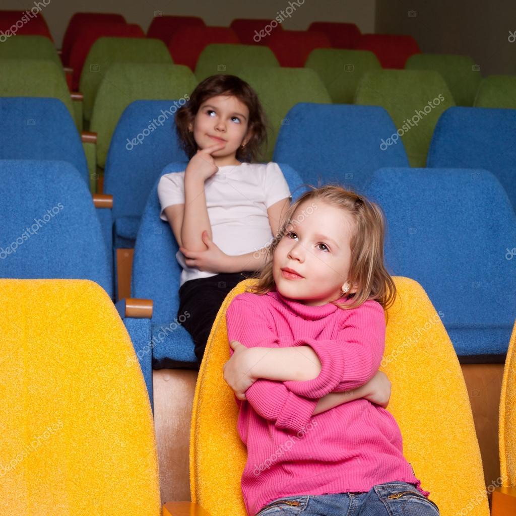 malé dívky Malé dívky, které seděly v kinosále – Stock obrázek