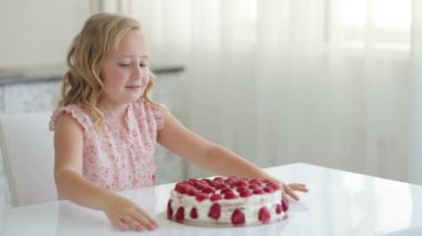 Girl going to eat a strawberry cake — Stock Video