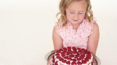 Girl holding strawberry cake — Stock Video