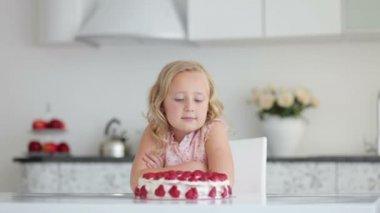 大きなケーキを見て女の子 — ストックビデオ