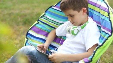 Мальчик онлайн с планшетным Пк — Стоковое видео