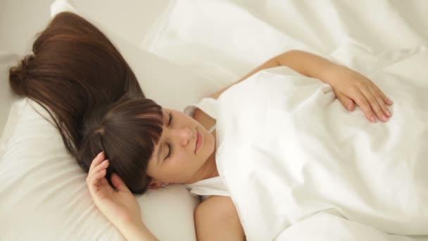 Спящая девчонка видео фото 184-972