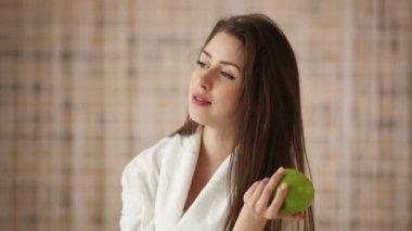 Girl holding green apple — Stock Video