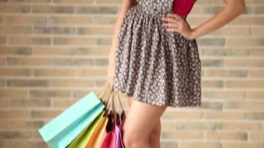 Woman posing with shopping bags — Stock Video
