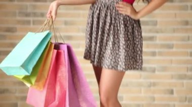 Girl posing with shopping bags — Stock Video