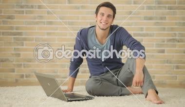 Killen med laptop. — Stockvideo