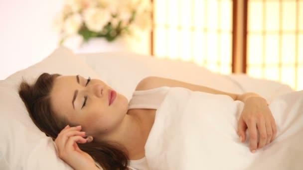 Девушка спит в постели видео фото 532-428
