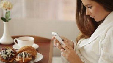 携帯電話を使用してソファの上の少女 — ストックビデオ