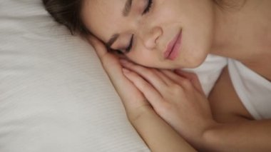 Söt flicka sova i sängen — Stockvideo