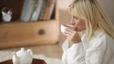 Kvinna Iklädd badrock dricka te — Stockvideo
