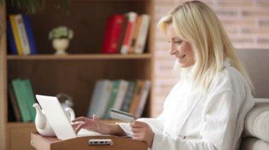 Kobieta korzysta z laptopa posiadania karty kredytowej — Wideo stockowe