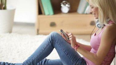 携帯電話を使用してヘッドセットの女の子 — ストックビデオ