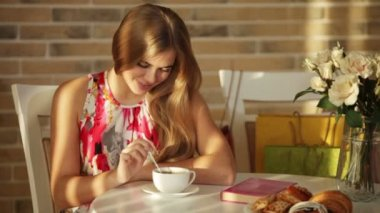 Cute young woman sitting at cafe — Stock Video