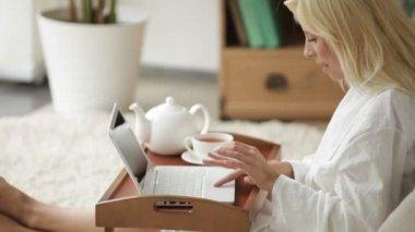 Kvinna Iklädd badrock med laptop — Stockvideo