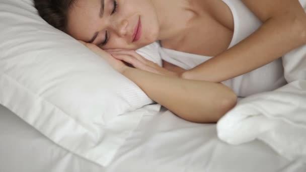 Девушка спит в постели видео фото 532-200