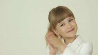 Little girl clapping her hands — Stock Video