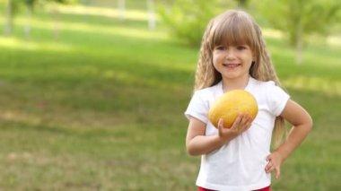 Girl holding melon — Stock Video
