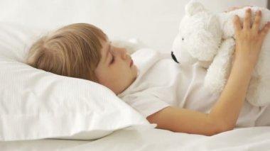 Little girl lying in bed — Stock Video