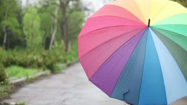 Girl with an umbrella in the park. — Stock Video
