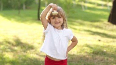 Child holding a mushroom — Stock Video