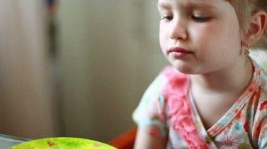 Mamma matar barnet — Stockvideo