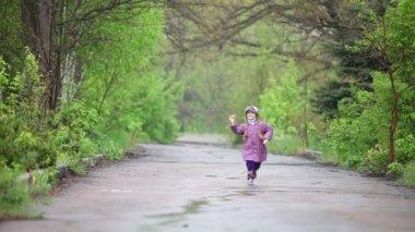 Happy little girl running in the park. — Stock Video