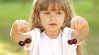 Child playing with cherries — Stock Video