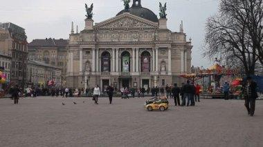 Lviv, Ukraina - 28 februari 2015 Outdoor barn underhållning framför Lviv opera — Stockvideo