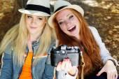 Two teenagers girl taking selfe with camera — Fotografia Stock