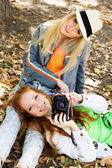 Two teenagers girl taking selfe with camera — Stockfoto