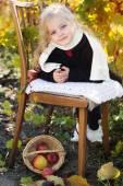 Rozkošná holčička s jablky, podzimní čas — Stock fotografie