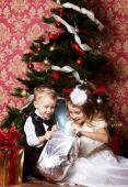 Happy children with christmas presents — Стоковое фото