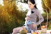 Pregnant woman on the nature, autumn time — Stock Photo