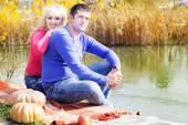 Yakın göl kabak, sonbahar zamanla genç Çift — Stok fotoğraf