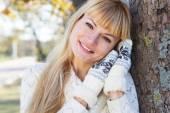 Attraktiv blond tjej med varma kläder — Stockfoto