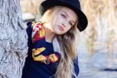 милая маленькая девочка моды оставляет близкое озеро — Стоковое фото