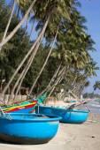 рыбацкая лодка на пляже — Стоковое фото