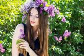 Beautiful girl with wreath of lilac flowers — Foto Stock