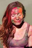 Yüzünde Holi boya ile kız portresi — Stok fotoğraf