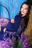 干し草とスタジオで花かなり妊婦 — ストック写真