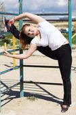 Спортивная девушка, растяжения упражнения вблизи поперечины — Стоковое фото