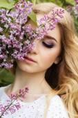 Ritratto di bella ragazza con i fiori lilla — Foto Stock