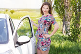 Happy pregnant driver woman standing near car — Stock Photo